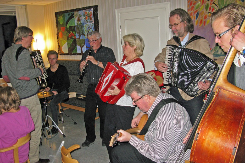 Musikanter på lördagskvällen spelar upp till allsång och dans