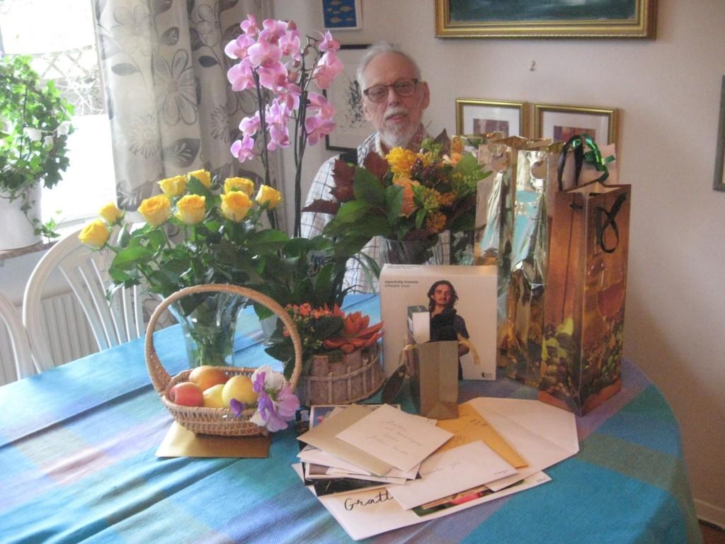 Yan bakom alla gratulationskort och presenter som han fick på sin åttioåriga högtidsdag.